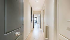 Pasillos, vestíbulos y escaleras de estilo moderno por Markham Stagers