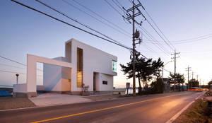 반쪽집: 라움건축의  주택