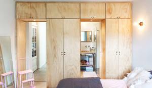 TINY APARTMENT WITH A GARDEN VIEW:  Slaapkamer door Kevin Veenhuizen Architects