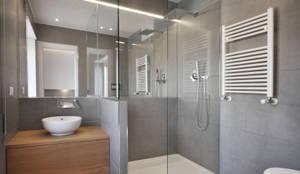 Baños de estilo moderno de degma studio