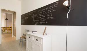 Appartamento al Gazometro : Camera da letto in stile in stile Industriale di Archifacturing
