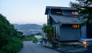 坂の上の家: 風景のある家.LLCが手掛けた家です。