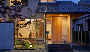 アプローチ 夕景: 竹内建築設計事務所が手掛けた家です。