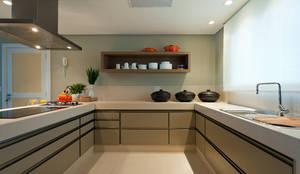 مطبخ تنفيذ Renata Basques Arquitetura e Design de Interiores