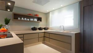 Apartamento De Verão : Cozinhas modernas por Renata Basques Arquitetura e Design de Interiores
