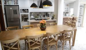 Cozinhas modernas por Angélica Hoffmann Arquitetura e Interiores