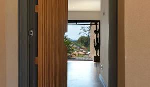 Atelier Jean GOUZY: akdeniz tarzı tarz Koridor, Hol & Merdivenler