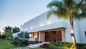 fachada y puerta principal: Estudios y oficinas de estilo moderno por AMEC ARQUITECTURA