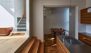 ダイニングキッチン: KEITARO MUTO ARCHITECTSが手掛けたキッチンです。