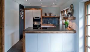 Harley Davidson zu Hause: ausgefallene Küche von w. raum Architektur + Innenarchitektur