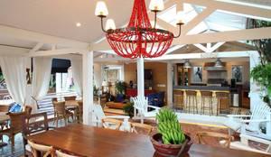 Área gourmet Residência Alphaville Tamboré 3: Garagens e edículas tropicais por Studio 262 - arquitetura interiores paisagismo