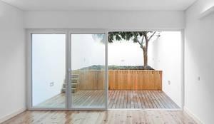 Salones de estilo minimalista de Tiago Filipe Santos - Arquitetura