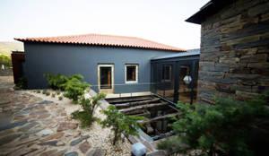 Envolvente da Casa da Cascata: Jardins rústicos por APROplan