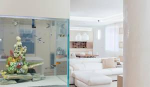 ingresso con acquario incastonato: Ingresso & Corridoio in stile  di manuarino architettura design comunicazione