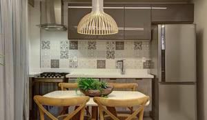 Cocinas de estilo moderno por Raquel de Castro Arquitetura e Interiores