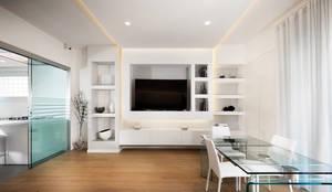 Luce e linee.: Soggiorno in stile in stile Moderno di Gruppo Castaldi | Roma