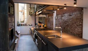 Industriele Barnwood Keuken in Amsterdam: moderne Keuken door RestyleXL