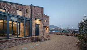 양산주택- 고래의꿈 : 코비 건축사사무소의  주택