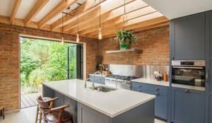 Cocinas de estilo moderno por Bradley Van Der Straeten Architects