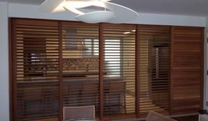 Divisão cozinha x jantar e estar: Portas e janelas modernas por daniela kuhn arquitetura