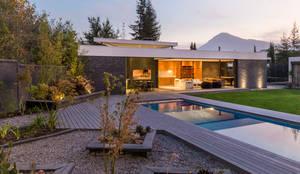 Quincho La Dehesa: Piscinas de jardín de estilo  por Nicolas Loi + Arquitectos Asociados