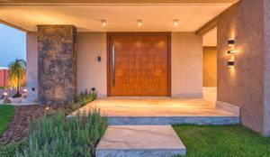 Casas de estilo moderno por 360+ arquitetura e interiores