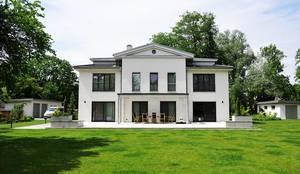 Blick vom Garten auf das Haus: klassische Häuser von ID die Raumidee