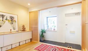 個室を減らして玄関を広く: 株式会社ブルースタジオが手掛けた廊下 & 玄関です。