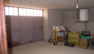 Garage che diventa Soggiorno: Garage/Rimessa in stile in stile Moderno di ENRICO MARCHIARO _ eMsign Studio _ Architettura_Interior Design