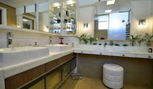 Banho Casal com espelhos, floreira e criatividade: Banheiros  por Tiede Arquitetos