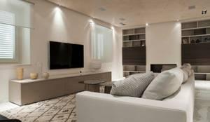 Villa storica nel Carrarese: Soggiorno in stile in stile Minimalista di interninow
