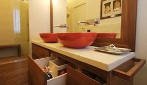 Banheiros modernos por Falegnameria Ferrari