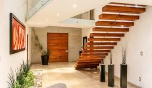 Коридоры, прихожие, лестницы в . Автор – SANTIAGO PARDO ARQUITECTO