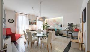 La casa in piazza: Soggiorno in stile in stile Industriale di B+P architetti
