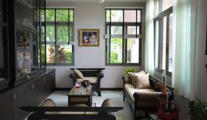 Taling-Chan Residence:  ห้องนั่งเล่น by Aim Ztudio