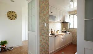 打開廚房的拉門空間更顯寬廣,精心收集的小用具也會是空間的亮點:  廚房 by 弘悅國際室內裝修有限公司