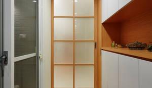 玄關對應著兩個入口,收納是一個部分,另一個部分是白色與木作的搭配:  走廊 & 玄關 by 弘悅國際室內裝修有限公司,