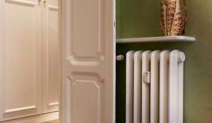 Dettagli Evocativi: Camera da letto in stile in stile Classico di Gruppo Castaldi | Roma