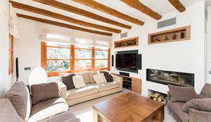 Casa en Sant Pau d'Ordal: Salones de estilo rural de Silvia R. Mallafré