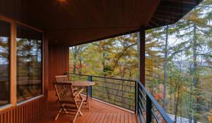 軽井沢 観風荘/新築別荘: 一級建築士事務所 アトリエ カムイが手掛けたベランダです。