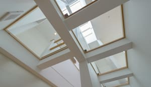 Light Well Box/光井戸の階段室: H2O設計室 ( H2O Architectural design office )が手掛けた廊下 & 玄関です。