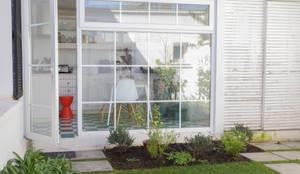 Terraza con vista a la cocina: Jardines de invierno de estilo  por RENOarq,