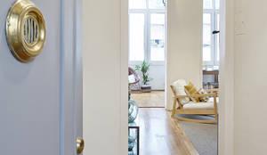 Salon de style de style Moderne par THE ROOM & CO