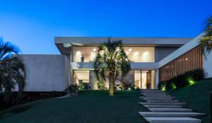 Residência Guaicá: Casas minimalistas por Padovani Arquitetos + Associados