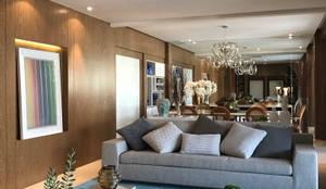 Chanson Klabin: Salas de estar modernas por MOANA Arquitetura