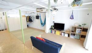 Grid House: ピークスタジオ一級建築士事務所が手掛けたリビングです。