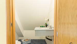 ASEO: Baños de estilo moderno de CCVO Design and Staging