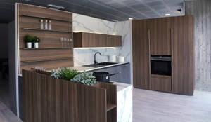 Restyling vetrina show room - Vista d'insieme con top: Negozi & Locali commerciali in stile  di Giussani Arredamenti - Progettazione di interni