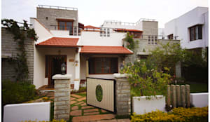 Temple Bells - Arati and Sundaresh's Residence: eclectic Houses by Sandarbh