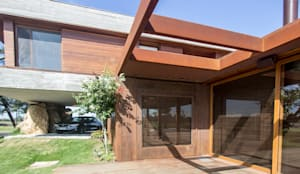 Pergolado  e revestimento em aço corten: Casas familiares  por Belas Artes Estruturas Avançadas